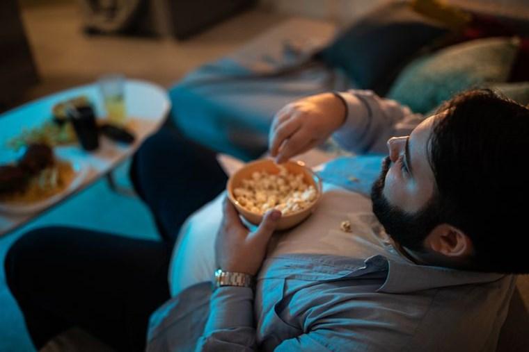 Οι διατροφικοί κίνδυνοι του να κάθεσαι συνέχεια σπίτι