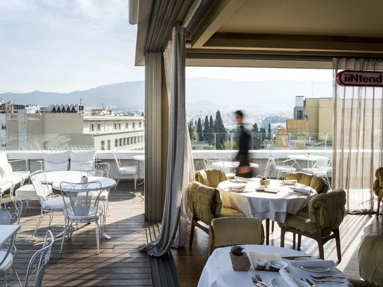 Φανταστικές ταράτσες και δροσεροί κήποι για φαγητό στην Αθήνα