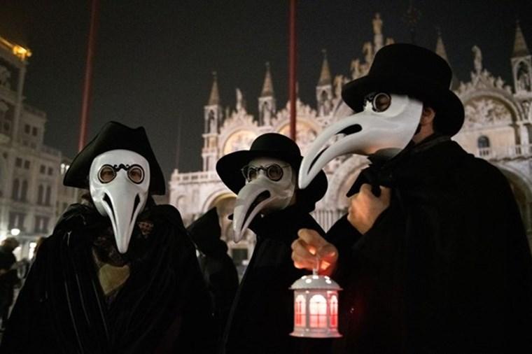 Μάσκα, το σήμα κατατεθέν των επιδημιών από τον Μεσαίωνα μέχρι σήμερα