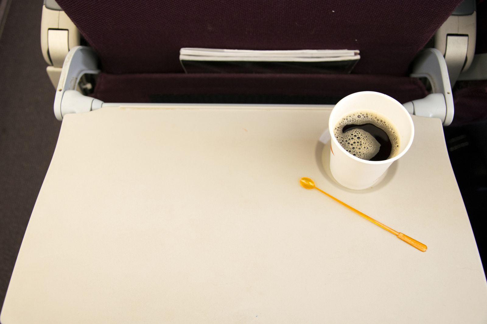Γιατί καλό είναι να αποφεύγεις να πίνεις καφέ στο αεροπλάνο